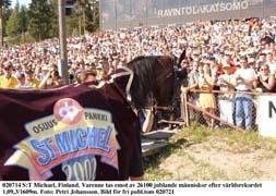 Varenne tar emot hyllningar från 26100 människor efter sitt fantastiska rekordlopp i finska Mikkeli.Foto: Petri Johansson