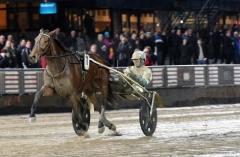 Double Exposure tar sin första segern på svensk mark för Örjan Kihlstöm. Foto av LARS JAKOBSSON