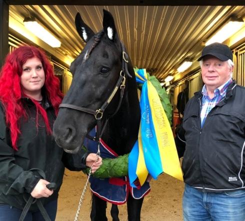 Skrälltrion från i lördags. Husnäs Elving med sina tränare Håkan Norman och Amelie Nilsson. Foto: PrivatFoto av Privat