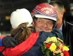 Torbjörn Jansson var mannen i fokus på onsdagskvällen. Först fick han en segerkram av Karin Andersson, ägarinna till kallblodet Källdals Brauten, sedan såg han till att en vinnare tog hela V64-potten på 10,8 miljoner kronor. Foto: Lars Jakobsson