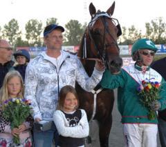 Örjan Andersson, Maja Knutsson och Maja Glavå, stolta andelsägare firar segern tillsammans med Maharajah och sin namne, Örjan Kihlström