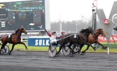 Ready Cash spurtar ner Royal Dream i en virvlande avslutning av Prix de France.Foto av LARS JAKOBSSON