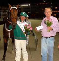 Maharajah, Örjan och Hans-Jerker Lundberg som representerade Travkompaniet andelsägare i vinnarcirklen. Foto: ALN